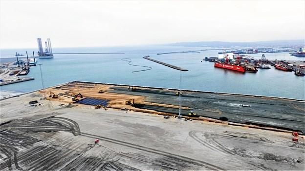 Dronefotoet taget af fra Per Aarsleff A/S viser udlægning af de store membraner på Frederikshavn Havn.