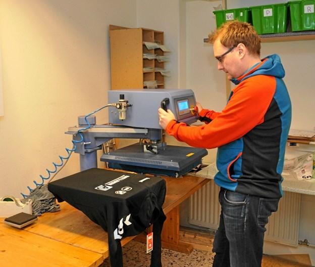 Det er en noget avanceret maskine, som kan trykke klubnavn, spillernavn, sponsorlogo m.m. på spilledragter af enhver art. Foto: Ole Torp Ole Torp