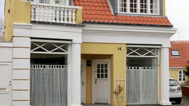 Fru Baumanns hus på hovedgaden er en perle af et hus. Plesner må have moret sig kosteligt, da han slog stregerne til det. Fru Baumann havde kunsthandel, senere slog boghandler Glæsel sine folder på matriklen, som også har rummet købmand Fedders fedevarebutik, konservator Thorkild Duch og mange andre forretninger. LOKALHISTORISK ARKIV SKAGEN