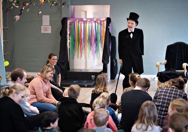 En fortæller klædt som H. C. Andersen fortalte eventyret om Klodshans, og der skete en masse imens, som fik børnene til at bruge deres sanser. Foto: Hans Ravn