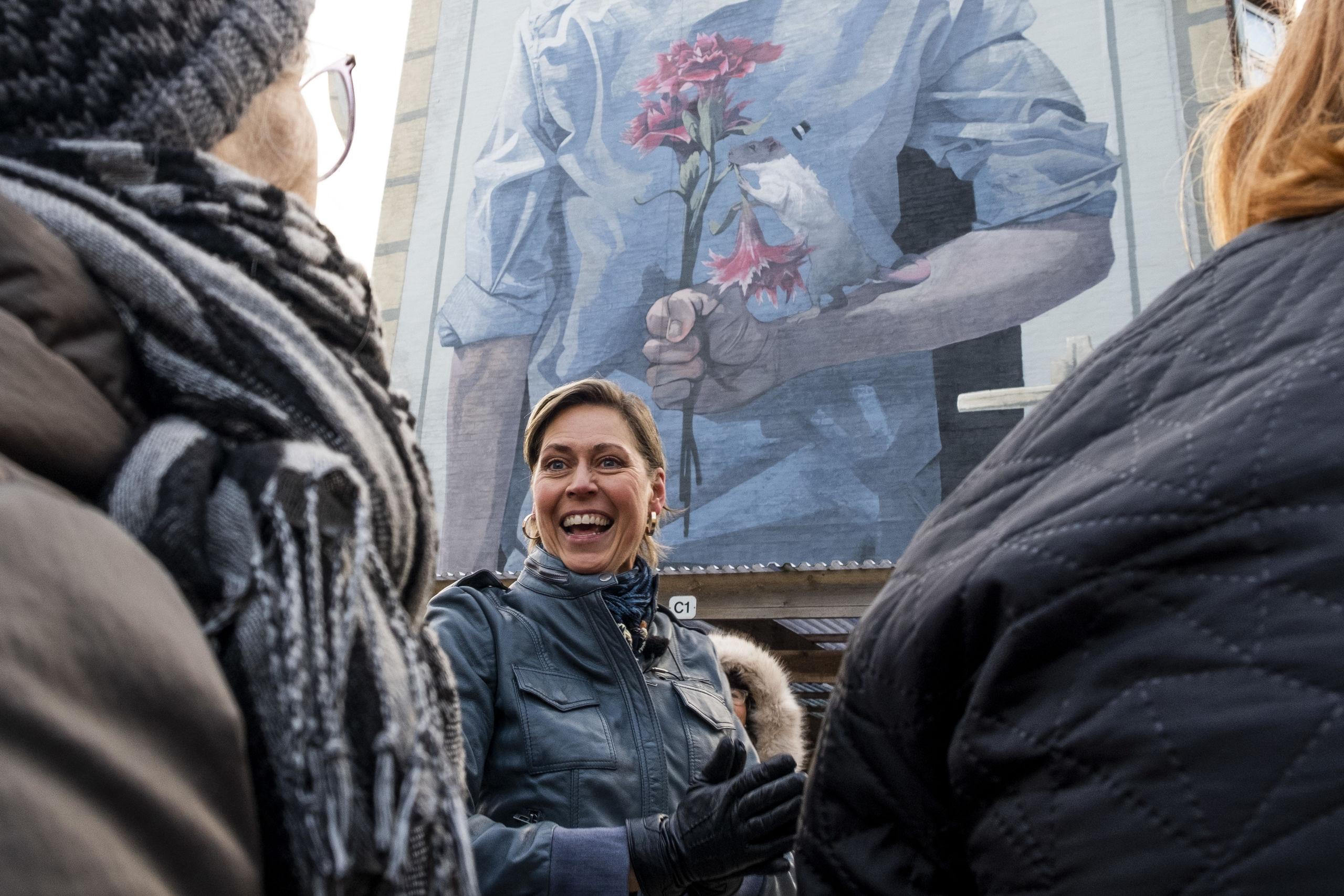 Lene Kirk har svært ved at pege på favoritter blandt byens gavlmalerier. Turens udvalgte ligger dog i hendes top 10, siger hun.  Foto: Lasse Sand