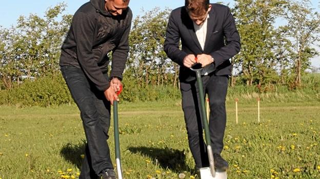 Formanden for Øster Hassing Borgerforening, Peter Geert Aas (t.v.) og rådmand Mads Duedahl tog sammen de første spadestik til det nye byggeri. Foto: Morten Bæch Andersen