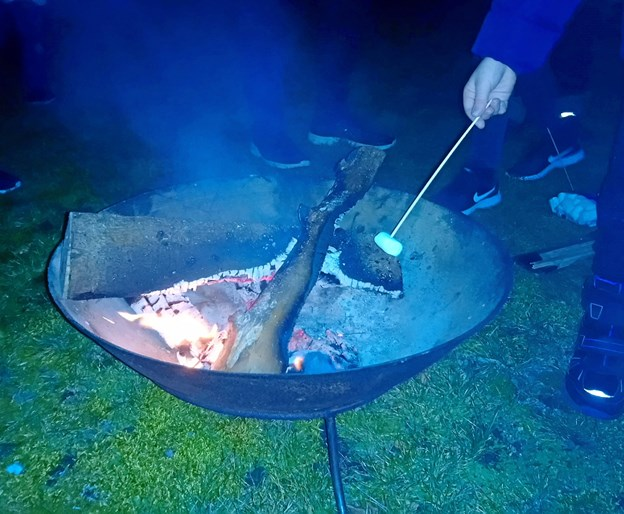Udenfor havde spejderne tændt op i et bål, hvor de mange børn kunne grille skumfiduser. Foto: Ulla Sølvsten