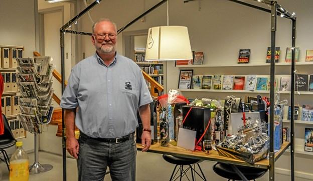 Jubilaren bibliotekschef Bo Jacobsen foran det flotte gavebord. Foto: Mogens Lynge Mogens Lynge