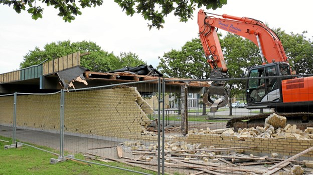 Henrik Poulsens store nedbrydningsmaskine fjerner med lethed de tunge bygningsdele. Foto: Tommy Thomsen Tommy Thomsen