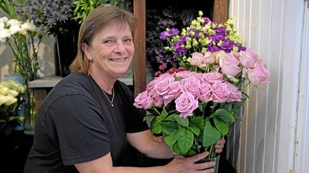 Gitte Jensen har travlt med arrangere de mange friske blomster, der lige er ankommet fra Holland. Foto: Niels Helver Niels Helver