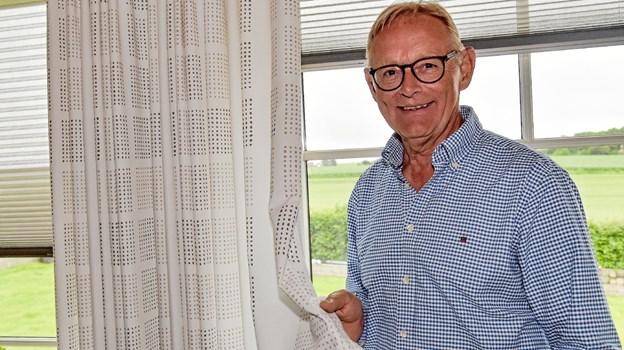 Efter 40 år i branchen, kender man kundernes behov. Og Erik Toft kender gardinerne - ikke mindst fordi moden ofte vender tilbage. Nu fejres 40 år bag gardinerne. Foto: Ole Iversen Ole Iversen