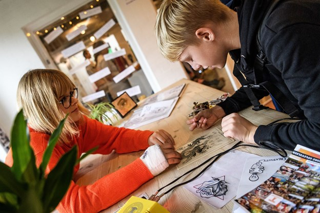Thea Myhre Kristoffersen, 16, viste, hvordan man bruger en tatovørnål - der var dog ikke blæk i. Hun drømmer om at få en lærerplads i en tatovørforretning.