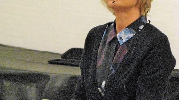 """Hanne-Vibeke Holst støtter oprettelse af en mindestue for Knud Holst i Ane Maries Hus. Fotoet er fra hendes foredrag i Løkken om bogen """"Knud, den store"""". Foto: Arkivfoto Arkivfoto"""