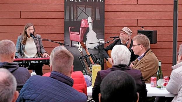 Duoen Faze'N'Mir sang og spillede for et meget lydhørt publikum i Lørslev Cafe og Kulturhus. Foto: Niels Helver