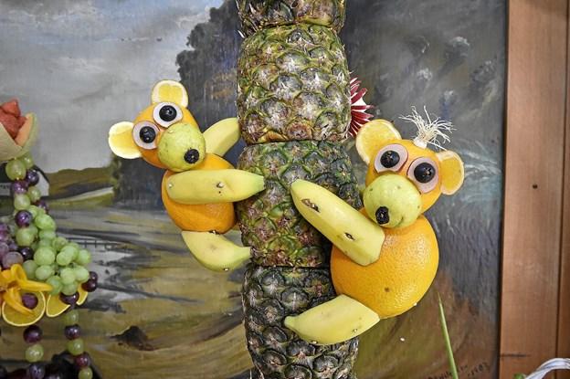 Abekatte på stamme af ananas. Foto: Ole Iversen