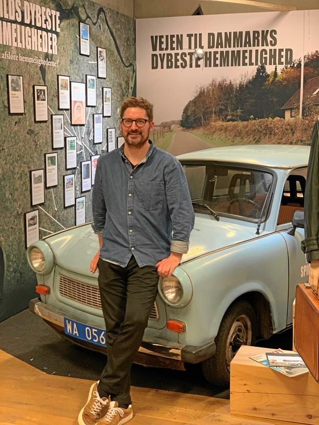Koldkrigsudstillingens tilrettelægger Karsten Pedersen foran Trabanten. Privatfoto