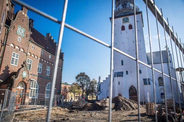 Budolfi Plads og området omkring kirken er gravet op og gør det svært at komme gennem Algade.
