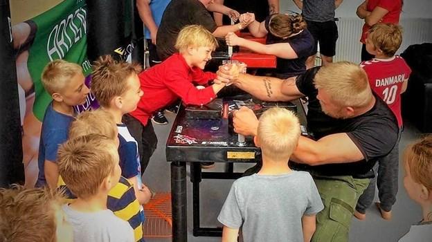 Når Arden Armwrestlers træner er der mange nysgerrige, der kigger forbi og prøver. Det skaber massevis af liv i hallen. Foto: Privat Privat