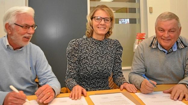 Ved fornyelsen af sponsorkontrakten ses her fra venstre Geert Malachowics-Lissau, Iben Aaen (fra sparekassen) og Erik Præsius.Foto: Ole Torp