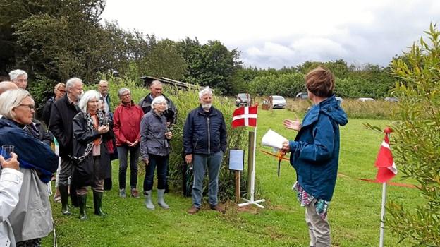 Bodil Dam til højre var klar med saksen til Troels Bidstrup Hansen ved flaget. Foto: Privatfoto