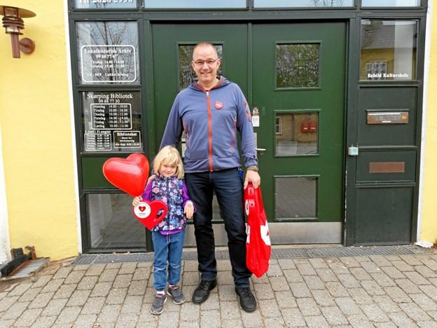 Rosa Marie og far Tom Jørgensen klar til indsamling i Terndrup. Privatfoto