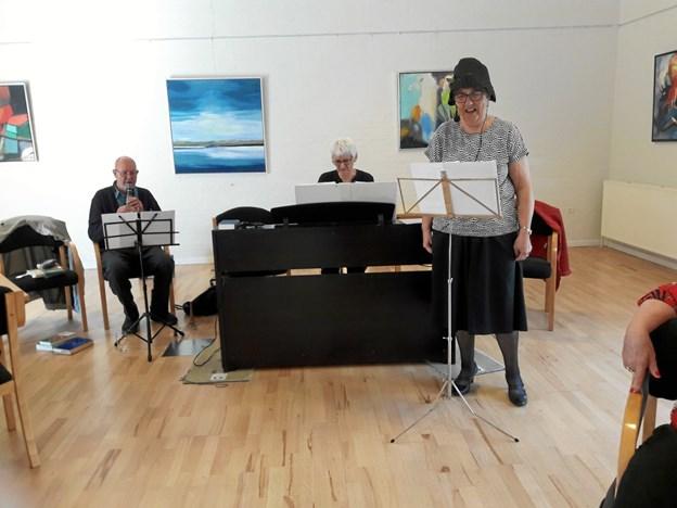 Flere viser blev fremført ved afslutningen i Nørager Pensionistforening. Privatfoto