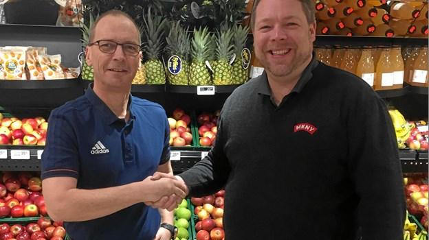 Formand for DIF Håndbold, Torben Pedersen, og købmand Anders Dige, MENY, har netop indgået en sponsoraftale. Privatfoto