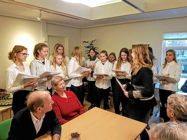 Kirkekoret gav julestemningen et løft med deres sang. Foto: Karl Erik Hansen