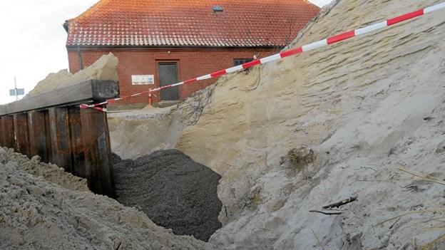 Vandet kom ind bag spunsen, men dagen efter var der hurtig hjælp i form af beton i hullet. Foto: Kirsten Olsen Kirsten Olsen