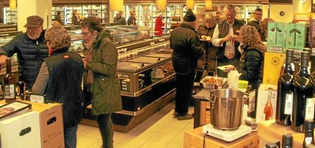 Der var rigtigt mange, der tog imod tilbuddet om lidt varm julegløgg og æbleskiver forleden midt i juletravlheden. Foto: Kjeld Mølbæk