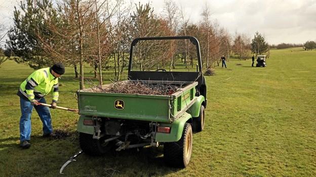 Lidt gartnerarbejde hører også til en finpudsning af et golfanlæg. Foto: www.air-view.