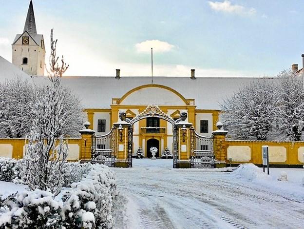 Man kan næsten ikke tænke sig et mere romantisk sceneri med Dronninglund Slot, end når det er sneklædt. Så er rammerne sat til såvel en musikalsk fernisering som nogle hyggelige Valentinsdage.Foto: Ole Torp