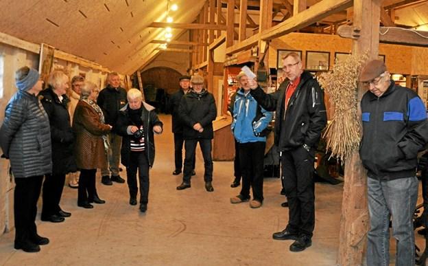 Formanden for Egnssamlingen for Østvendsyssel, Mogens Gregersen, byder velkommen ude i den totalt ryddede lade, hvor der nu bl.a. er købmandsbutik.Foto: Ole Torp