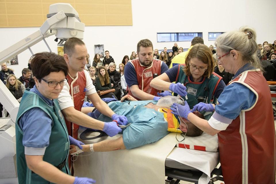 I uddannelsesmessens Reality Hospital er det muligt at se, hvordan de forskellige faggrupper arbejder effektivt sammen, når en tilskadekommen patient kommer ind. Arkivfoto: Peter Broen