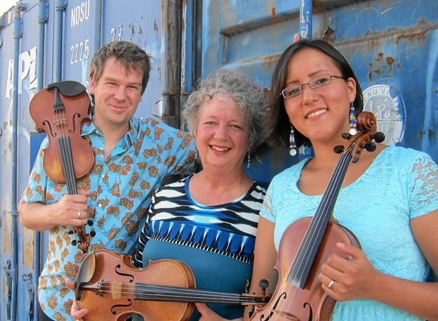 3 Fiddlers, 3 Traditions består af fra venstre Kristian Bugge, Ruthie Dornfeld og Jamie Fox. Privatfoto