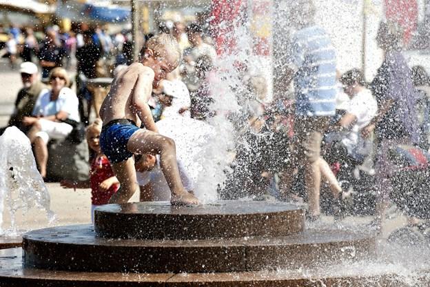 Der går lidt tid, inden man igen kan blive afkølet af det springende vand på Tolbod Plads. Arkivfoto: Claus Søndberg