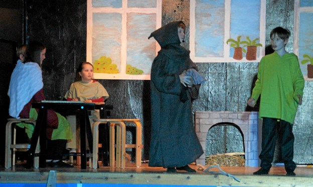 """Her er det elevernes teaterstykke """"Rejsen til Jakobs by"""" som er skrevet af eleverne selv. Foto: Mogens Lynge Mogens Lynge"""