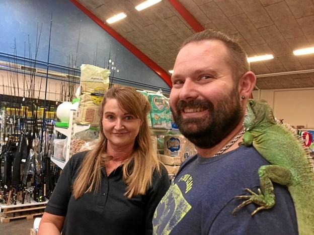 Dyrehandler Aino Jensen i selskab med Bo Larsen, der var mødt op for at vise sine hobbydyr frem.
