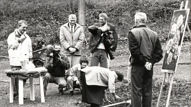 Jette Dahl Møller planter den første Bangsbo Rose. Borgmester Ove Christensen ser andægtigt til