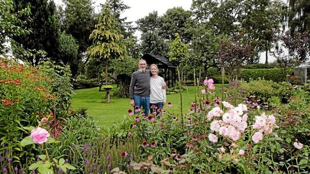 Vagn Krogholm og Bine Madsen havde som en række andre haveejere åbnet deres have for at vise deres stoltheder frem. Foto: Peter Jørgensen Peter Jørgensen
