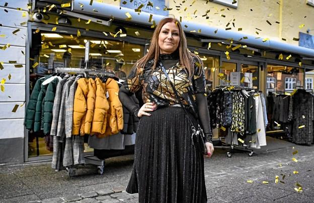 Butiksleder Rikke Jeppesen, Royal fashion, deltager med et passende nytårs-dress: guldbluse fra Ichi, nederdel og matchende taske fra Object. Værdi 1100 kroner. Foto: Ole Iversen Ole Iversen