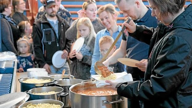 Spaghetti og pastaskruer med kødsovs tilsat cocktailpølser var populært. Der blev spist igennem, så det var godt, at der var rigeligt. Foto: Niels Helver Niels Helver