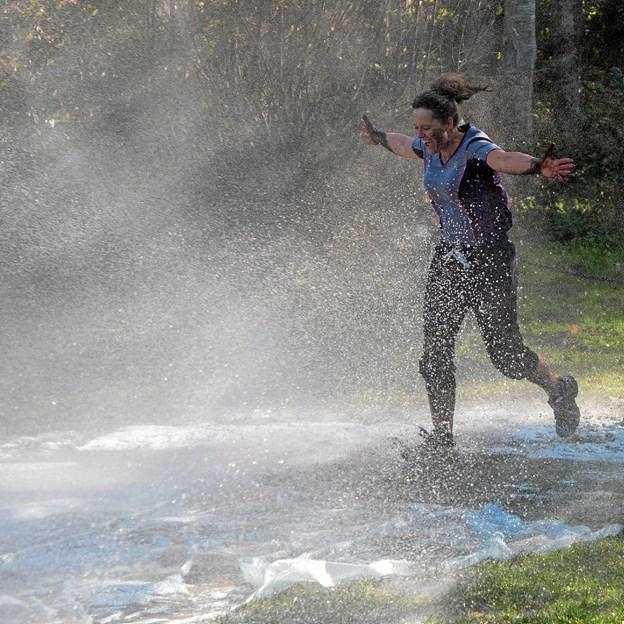 Den sidste forhindring er en sæbefyldt glidebane, hvor Falck fra Sindal hjælper med at holde den våd. Foto: Niels Helver
