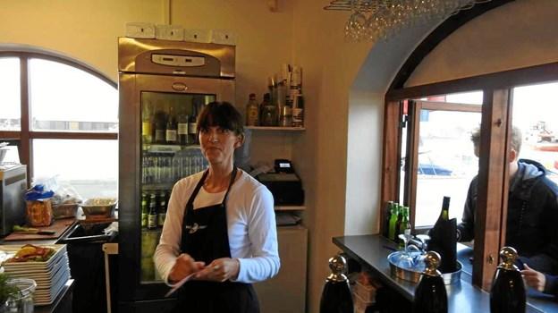 Louise betjener kunderne ved lugen. Foto: Jens Brændgaard