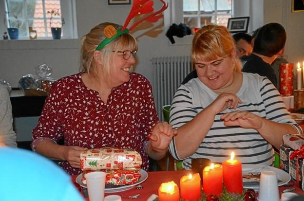 Helle og Anita hygger simpelthen igennem til julefesten.