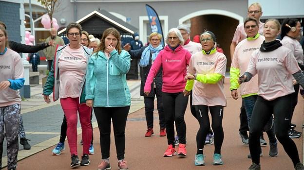 Ca 50 deltog i det årlige 'Støt Brysterne' til fordel for Kræftens Bekæmpelse. Foto: Mogens Lynge
