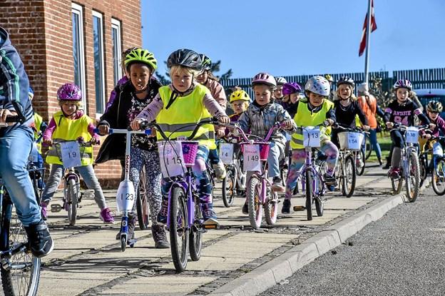 De mindre elever tog en kortere vej rundt om skolen. Foto: Ole Iversen