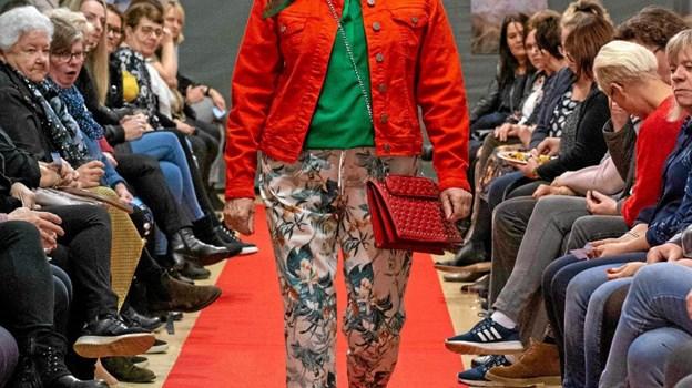 Den nye trend er spraglet tøj med kraftige farver, her præsenteret af Helle. Foto: Privatfoto Privatfoto