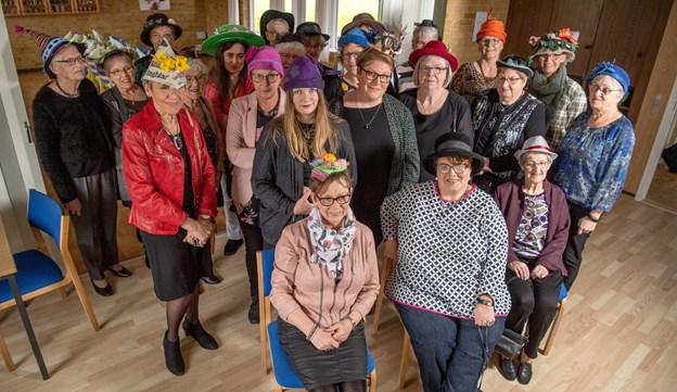 De fleste af damerne samlet før lørdagens Hattefest gik i gang.Foto: Henrik Louis HENRIK LOUIS