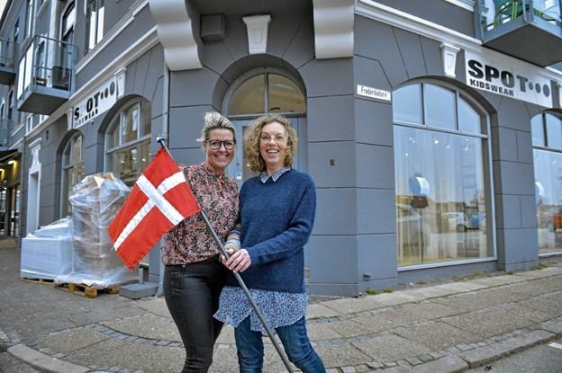 For halvandet år siden blev Ulla Dornhoff, Glyngøre, (th.) medejer af Korsbæk sammen med Laila Korsbæk. Nu flytter de butikken til større lokaler lige overfor på hjørnet. Foto: Ole Iversen