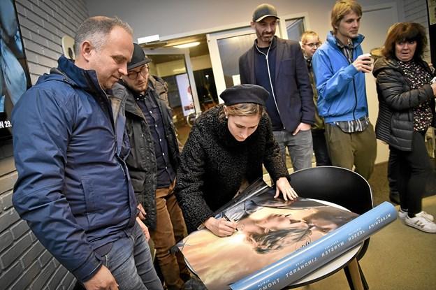 Som traditionen tilsiger, når der er fint filmbesøg i Kino 1-3, skal plakaten signeres, før den hænges op i biografens udstilling. Foto: Ole Iversen Ole Iversen