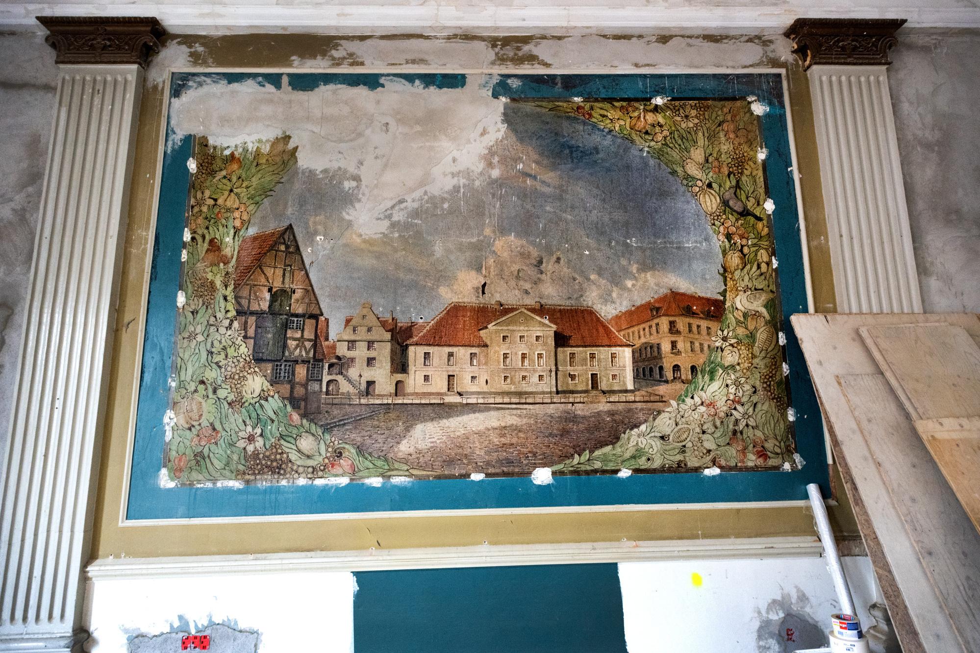 Da håndværkerne fjernede spejle, plader og tapet, dukkede maleriet af Østerågade op. Foto: Torben Hansen