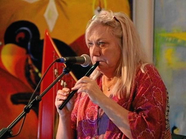 Tine Lilholt spillede både fløjte og fortalte om sin kunst ved arrangementet i Kulturhuset i Arden.  Privatfoto