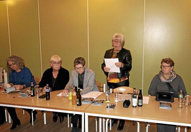 Formanden for turistforeningen, Karen Axen, afgiver her sin beretning omgivet af bestyrelsen. Foto: Jørgen Ingvardsen